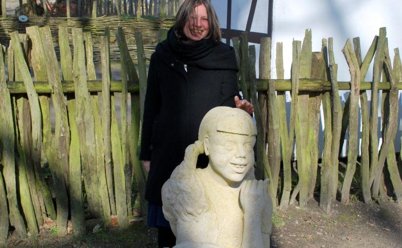 """Skulptur """"Tatti mit der Puppe"""" von Rebekka Rauschhardt findet dauerhaft eine Heimat im Freilichtmuseum Diesdorf"""